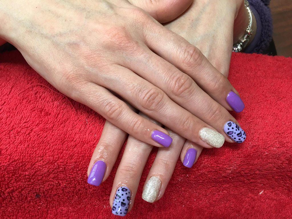 Paarse gelnagellak (CND gellac) met Nail Art patronen op twee nagels