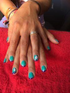 Turquoise gellac nagels met donkerblauwe