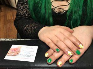 Groen met gele shellac en nail art gemaakt door Nail Salon MB op de Nieuwezijds Voorburgwal