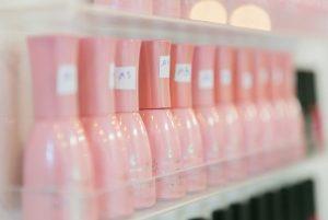 Treatwell foto van genummerde nail polish flesjes op een rij