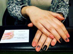Roze en zwarte nagels met nail art