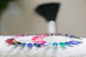 Sjablonen voor het kiezen van de gewenste kleur nagellak