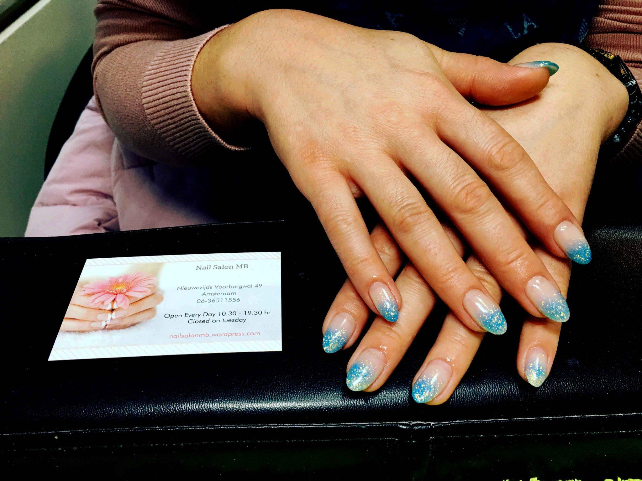 gel nagels met witte tips afgwerkt met blauw/turquise glitter nail art